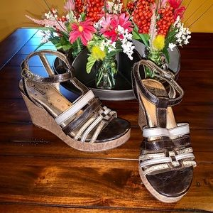 MUDD SNAKESKIN WEDGES BLACK GRAY PATENT SANDALS
